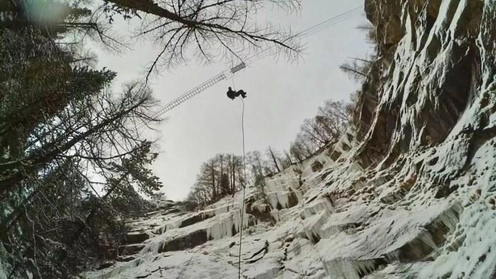 De tocht eindigt met abseilen vanaf een horizontale ladder die in het niks hangt...