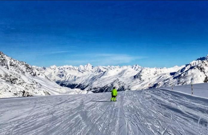 Skiën met zicht op het dal