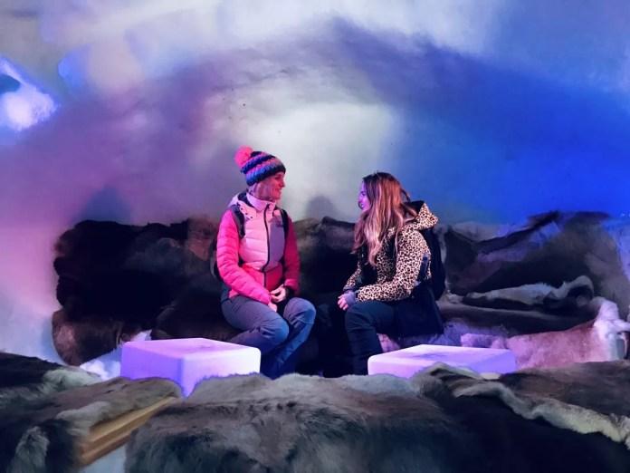 We zitten op berenvellen in de mooi uitgelichte iglo