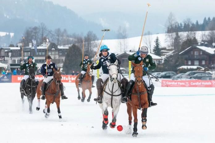 Het gaat er hard aan toe bij een potje polo. Foto: https://www.kitzbuehelpolo.com/