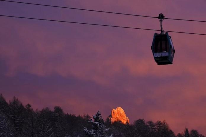 Wanneer de zon uiteindelijk achter de bergen zakt, kleurt de lucht roze. Foto: orlerimages.com