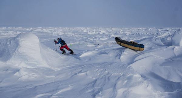 man using MSR Lightning Ascent snowshoes on the horizontal Everest
