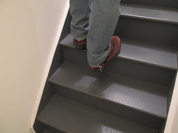 demo of heel drop stair stretch exercise