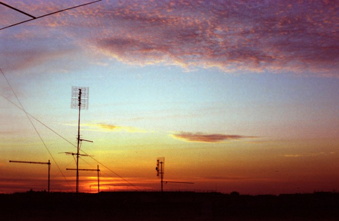 Un bellissimo tramonto oltre le antenne a Roma