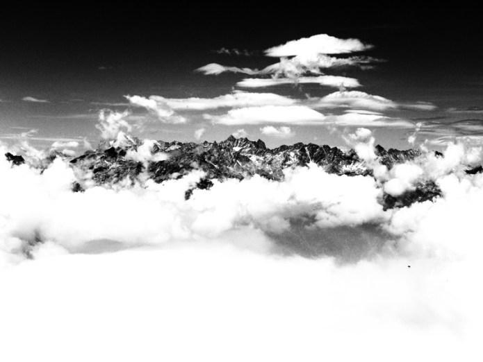 Nuvole oltre le chiare montagne nuvole