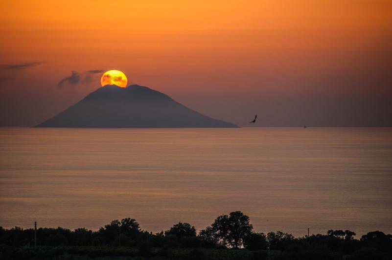 Stromboli erutta il tramonto