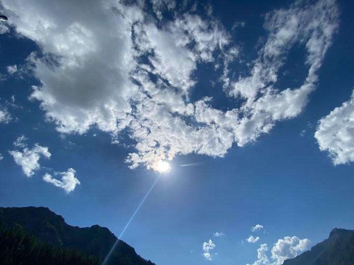 Cielo estivo, nuvole e raggi ultravioletti