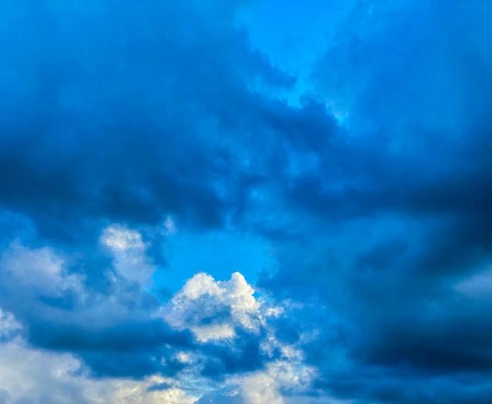 Un cielo incorniciato da un tappeto di nuvole