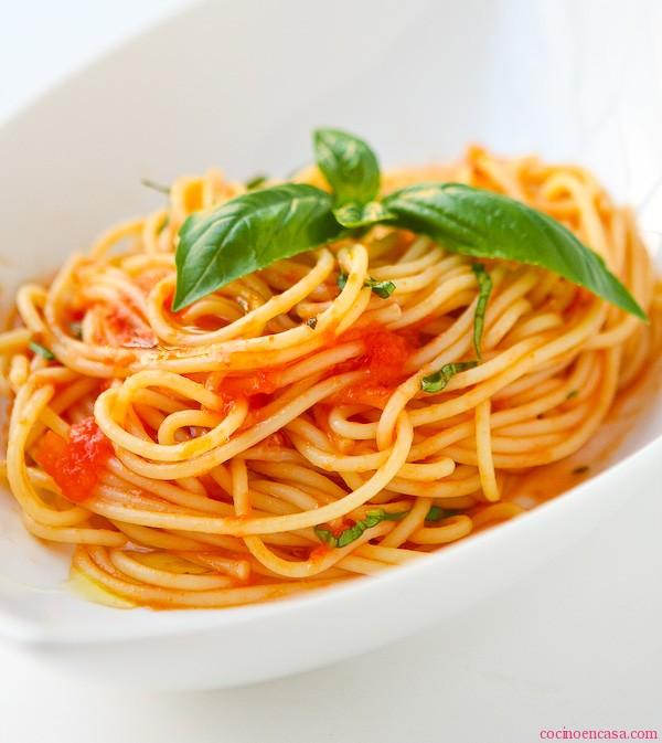 scarpetta-espaguetis-con-salsa-de-tomate-fresco-y-ajo-aceite-de-albahaca-896