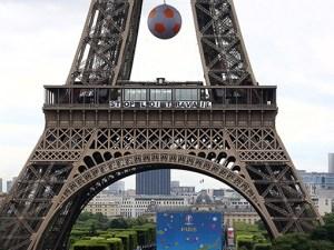 La Tour Eiffel habillée aux couleurs de la mobilisation contre la loi Travail