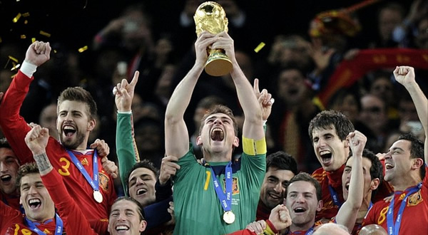 Iker-Casillas-holds-aloft-the-World-Cup-trophy