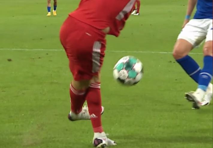 Robert Lewandowski's rabona assist for Thomas Muller in Bayern Munich's thrashing of Schalke 04 (Video)