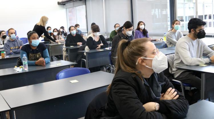 Gairebé 3.000 estudiants catalans s'examinen per aconseguir una plaça al sector sanitari
