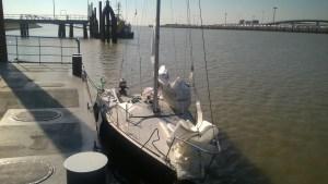 Am Ponton Emden Aussenhafen; schon mal vorbereiten zum Schleusen und Abriggen