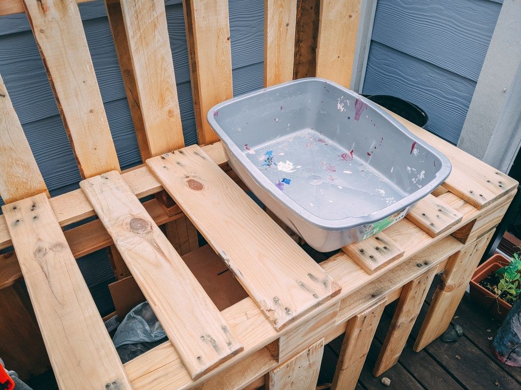 DIY Mud kitchen, how to make a mud kitchen, wooden pallet mud kitchen, lemonade stand, play kitchen, diy play kitchen, wood pallet, play kitchen from wooden paletts, palletts, palets, socialdad, james smith, james r.c. smith, vancouver bloggers, pinterest crafts, DIY kids,