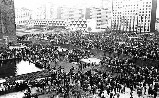 Plaza de las Tres Culturas llena de estudiantes, 2 de octubre de 1968.