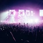 Concert met heel veel publiek en lichtshow