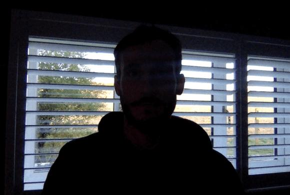 صورة ظلية تم إنشاؤها عندما يكون موضوع الفيديو واقفاً أمام النافذة