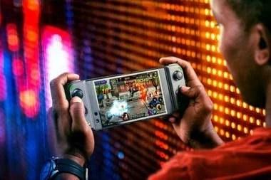 El control de mando de Razer se destaca por funcionar junto al smartphone, en un diseño que se asemeja al accesorio Moto GamePad de los teléfonos Moto Z
