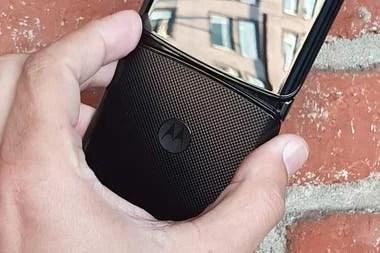 La parte posterior del teléfono con el logo clásico de Motorola y un tramado que le da mejor agarre en la mano