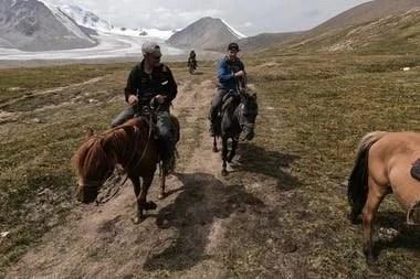 Jamie y su hijo recorrieron Mongolia en moto, caballo y camello