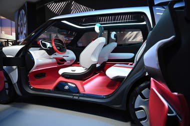 El interior de un auto conceptual Fiat Centoventi en la feria CES 2020