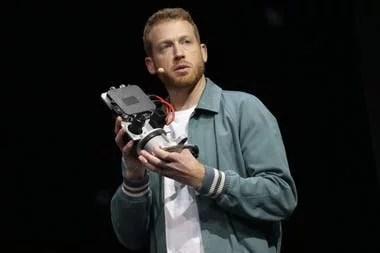 Kyle Vogt, CTO de Cruise, muestra a Owl (lechuza) el sistema de análisis de imágenes que le permite al auto manejarse sin ayuda humana
