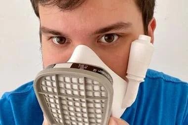 Gino Tubaro es uno de los argentinos que diseñó una mascarilla para protegerse del coronavirus que puede hacerse con una impresora 3D a un costo de unos 10 dólares