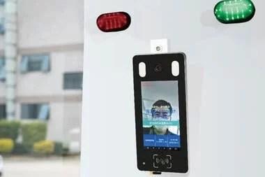La cabina de desinfección tiene un semáforo que alerta si la temperatura corporal de la persona es alta