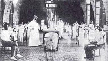 Sala de enfermos con peste bubónica en un sanatorio de Rosario, en 1900. La ciudad, que tuvo el primer brote local de la enfermedad, fue aislada del resto del país por el presidente Julio Argentino Roca