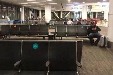 """Para evitar las aglomeraciones, las aerolíneas recomiendan a los pasajeros viajar """"ligero"""""""