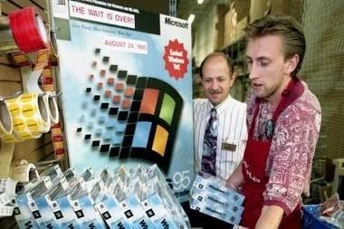 Hace 25 años salió a la venta Windows 95, un sistema operativo que marcó un antes y un después en el mercado de las computadoras personales para la compañía cofundada por Bill Gates