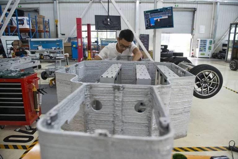 Los chasis son producidos por una impresora 3D que agiliza la fabricación, pero tienen que ser retocados a mano para reducir la impresión tosca que le da la máquina