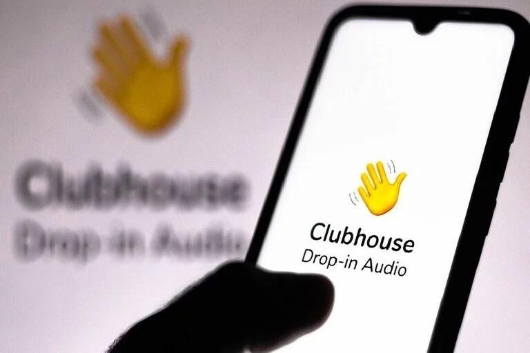 La irrupción de Clubhouse, una nueva aplicación basada únicamente en audio, marcó una tendencia en la industria y diversas plataformas online pujan por contar propuestas simulares