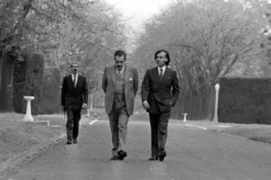 Raúl Alfonsín y Carlos Menem caminan por los jardines de Olivos el 31 de mayo de 1989, el día en que se decidió el adelanto del traspaso presidencial