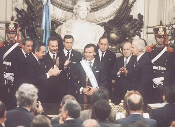 Menem asumió el 8 de julio de 1989; aunque antes de tiempo, se lograba el traspaso entre dos presidentes democráticos