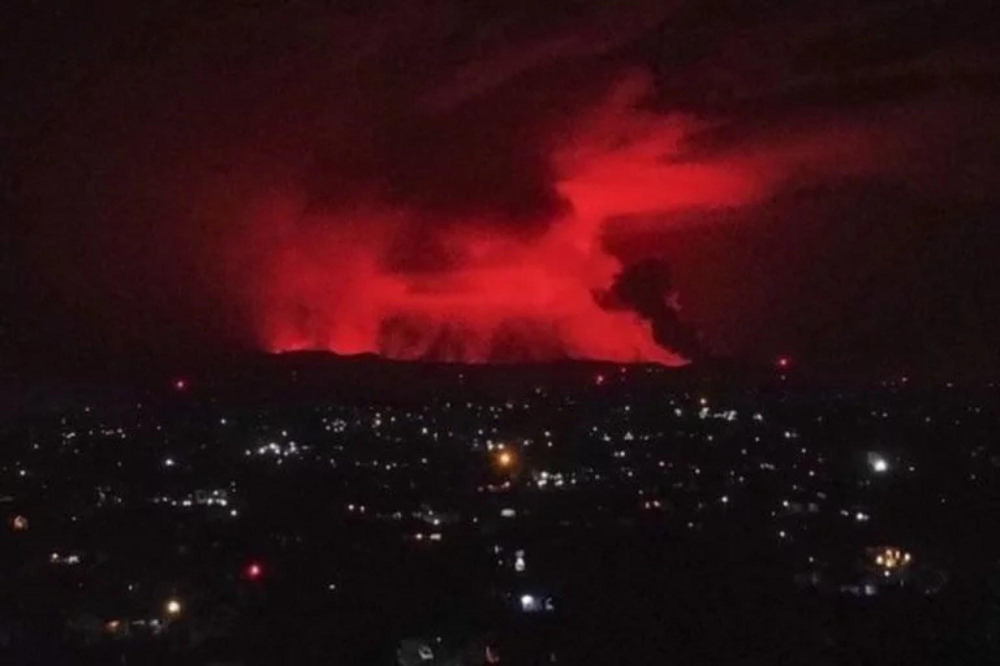 El cielo rojo se tiñó de rojo tras la erupción y se pudo ver desde la frontera en Gisenyi, Ruanda