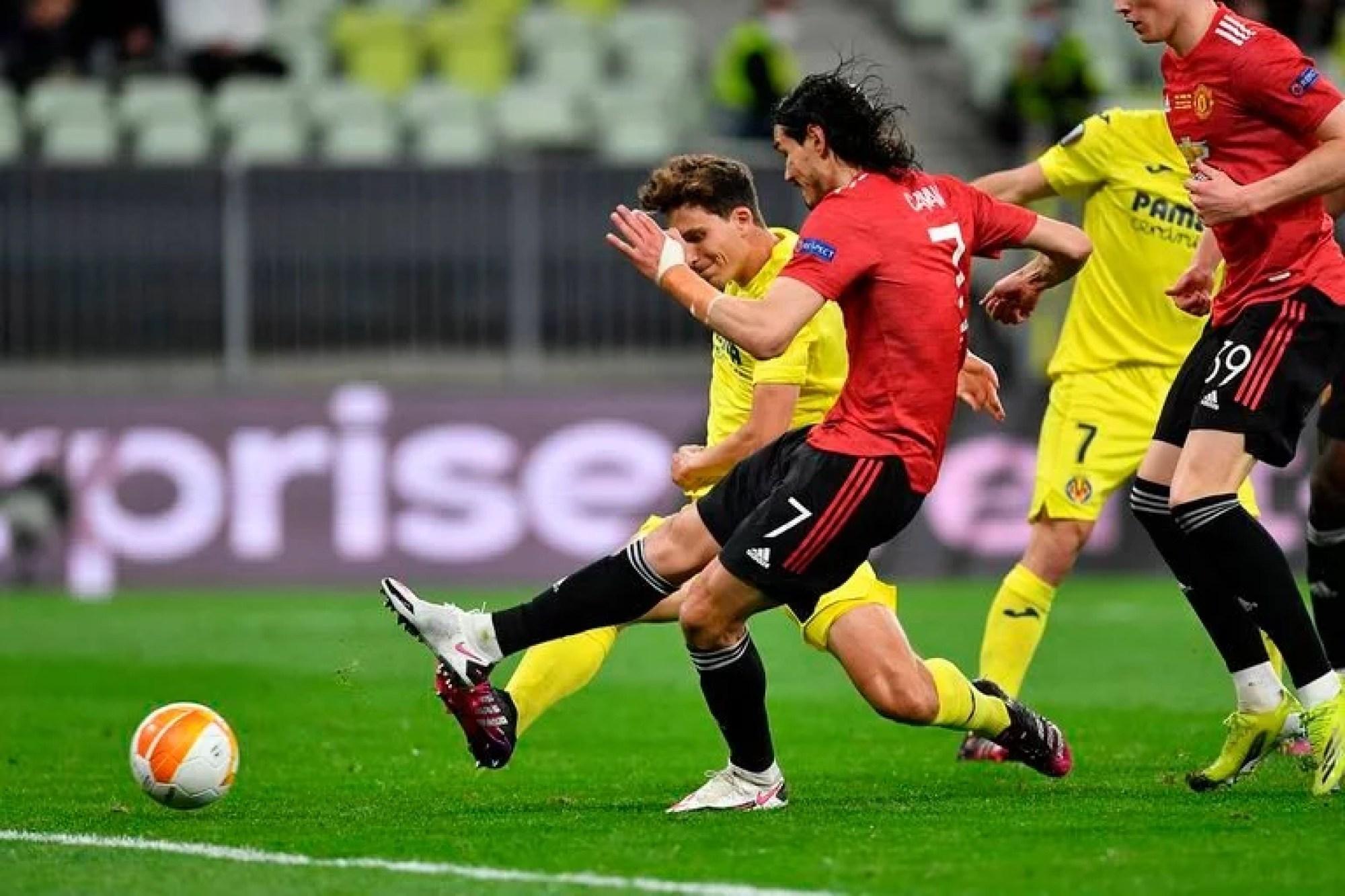 Cavani toma un rebote y consigue el empate para Manchester United