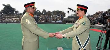 (161129) -- RAWALPINDI, Nov. 29, 2016 (Xinhua) -- Photo released by Pakistan's Inter Service Public Relations (ISPR) on Nov. 29, 2016 shows Pakistan's new army chief General Qamar Javed Bajwa (L) receives the change of command baton from the outgoing Chief of the Army Staff (COAS) General Raheel Sharif (R) during the change of command ceremony in Rawalpindi, Pakistan. Pakistan's new army chief General Qamar Javed Bajwa assumed the office at a ceremony held in the country's garrison city of Rawalpindi on Tuesday. (Xinhua/ISPR) ****Authorized by ytfs****