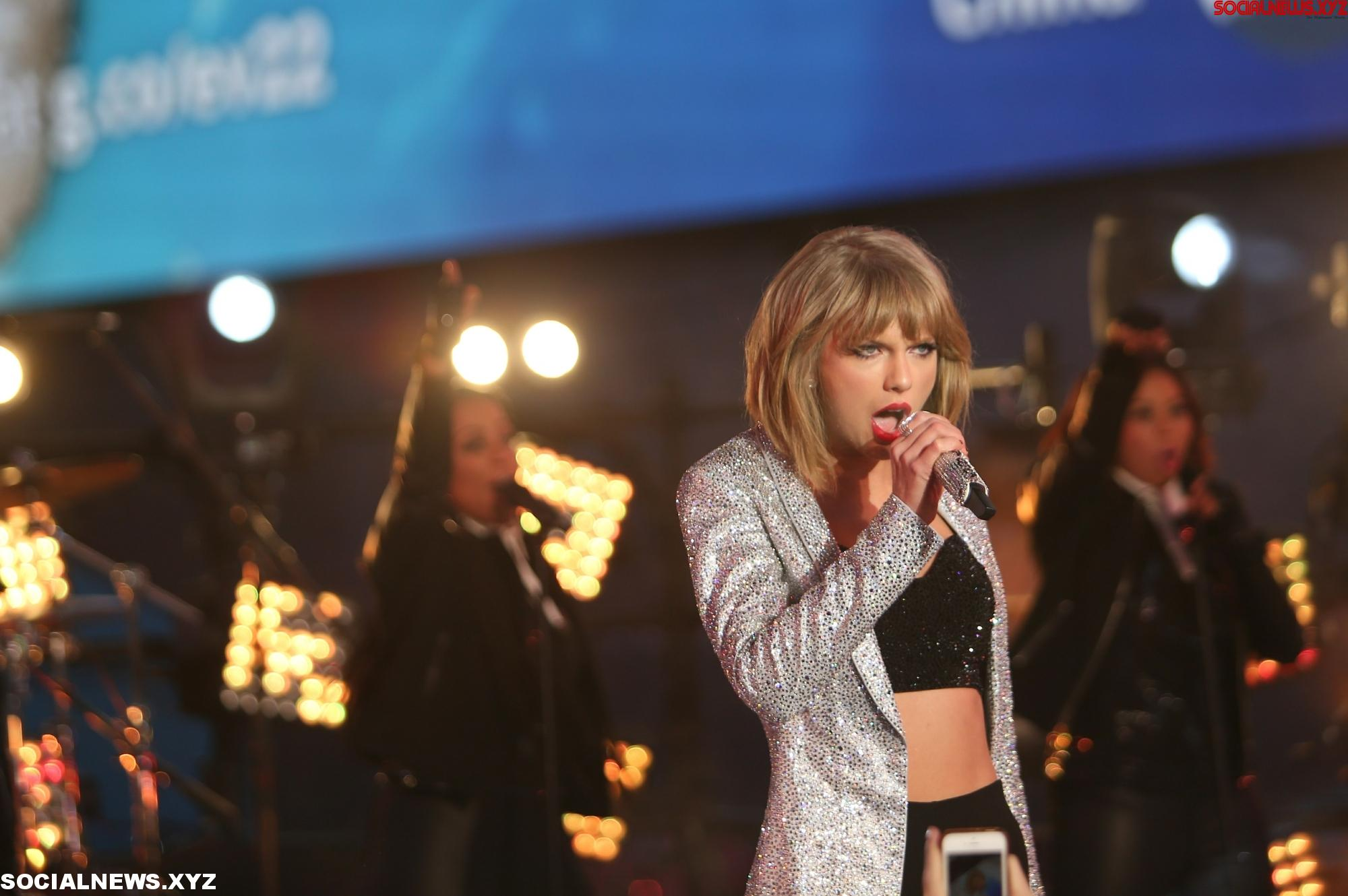 Taylor Swift traces her life story with NY gig