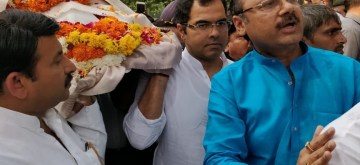 New Delhi: Delhi BJP chief Manoj Tiwari participates in the funeral procession of Former Delhi Chief Minister and senior party leader Madan Lal Khurana who passed away on Saturday at his residence; in New Delhi on Oct 28, 2018. (Photo: IANS/BJP)