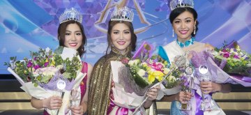 (181215) -- TORONTO, Dec. 15, 2018 (Xinhua) -- Winner Summer Yang (C), first runner-up Melody Liang (R) and second runner-up Andrea Liu pose for photos during the awarding ceremony of the Miss Chinese Toronto Pageant 2018 finals in Toronto, Canada, Dec. 14, 2018. (Xinhua/Zou Zheng)