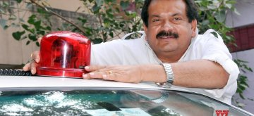 Uttar Pradesh Animal Husbandry Minister SP Singh Baghel removes beacon from his in Lucknow car after the Union Government on Wednesday announced official vehicles of dignitaries across the country -- including the President, the Prime Minister and Union ministers -- would not flaunt red beacons from 1st May1. (Photo: IANS)