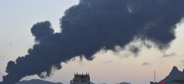 (190112) -- ADEN (YEMEN), Jan. 12, 2019 (Xinhua) -- Photo taken on Jan. 12, 2019 shows heavy smoke from a state-owned oil refinery in Aden, Yemen. A new powerful explosion hit the the state-owned oil refinery in Aden on Saturday evening, injuring at least 15 people, a security official told Xinhua. (Xinhua/Murad Abdo)