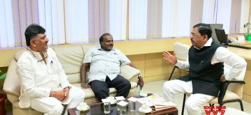 Bengaluru: Karnataka Chief Minister HD Kumaraswamy, Deputy Chief Minister Dr. G Parameshwara and State Water Resources Minister DK Shivakumar during a discussion at Karnataka Power Corporation Office, in Bengaluru, on Jan 14, 2019. (Photo: IANS)