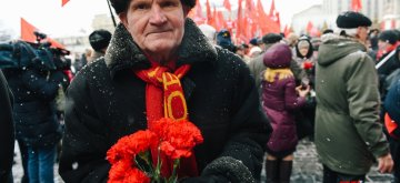 MOSCOW, Jan. 21, 2019 (Xinhua) A man holds flowers during the ceremony of commemorating the 95th anniversary of Vladimir Lenin's death in Moscow, Russia, on Jan. 21, 2019. (Xinhua/Evgeny Sinitsyn)