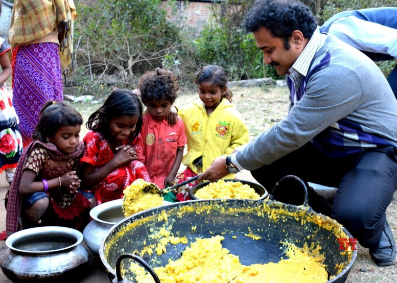 This Bengal teacher collects, cooks food to feed the impoverished