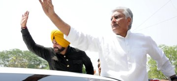 Amritsar: Congress leaders Sunil Kumar Jakhar and Navjot Singh Sidhu along with party workers, stage a demonstration against hike in the prices of petrol and diesel, in Amritsar on May 31, 2018. (Photo: IANS)