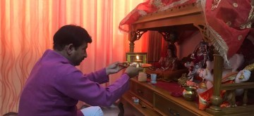 New Delhi: Delhi BJP chief Manoj Tiwari performs 'puja' before counting for 2019 Lok Sabha Elections begins in New Delhi on May 23, 2019. (Photo: IANS)
