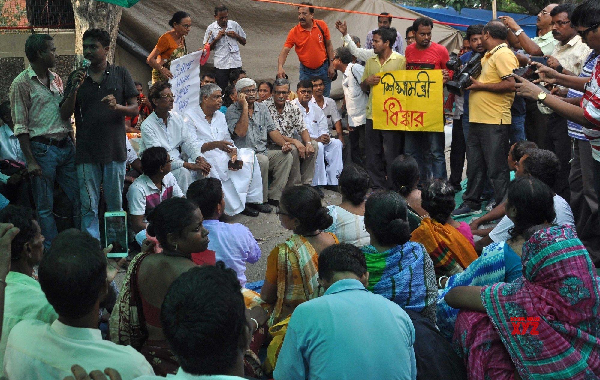 Kolkata: CPI - M, Congress delegations meet protesting teachers #Gallery